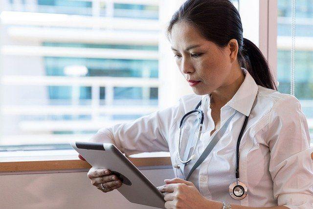 Médico tratando la fatiga crónica y la fibromialgia