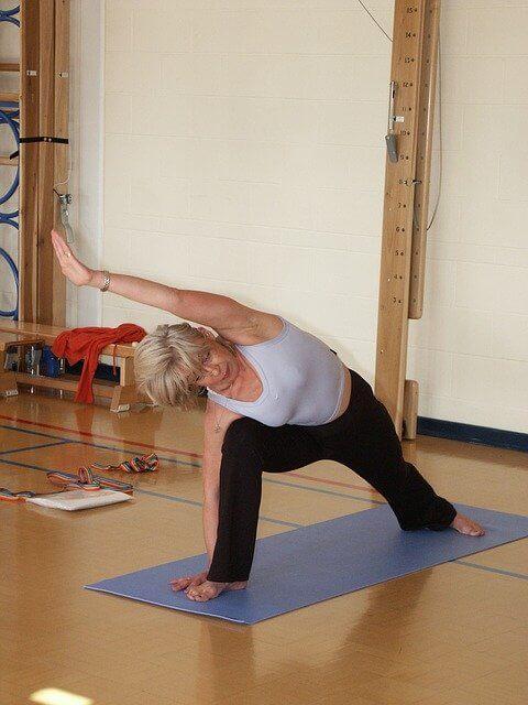 Mujer haciendo estiramientos para mejorar la elasticidad y flexibilidad